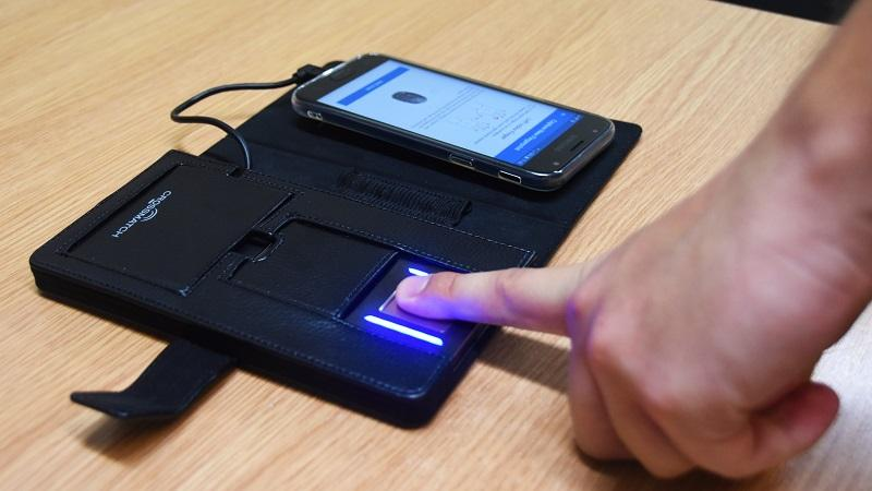 An image of the Metropolitan Police's INK Biometrics fingerprint scanner in use